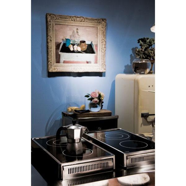 Kochelement mit Induktions-Klappkochfeldern in Kombination mit Spülelement und Holztisch