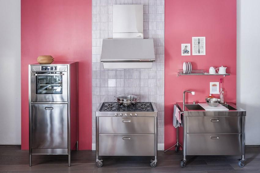 Drei Küchenelemente auf Rädern, ausgestattet mit Gas-Kochfeld, integriertem Becken und Backofen.