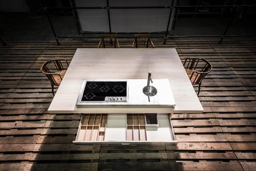 Ein großer Tisch mit aufgesetztem Kochelement und Becken