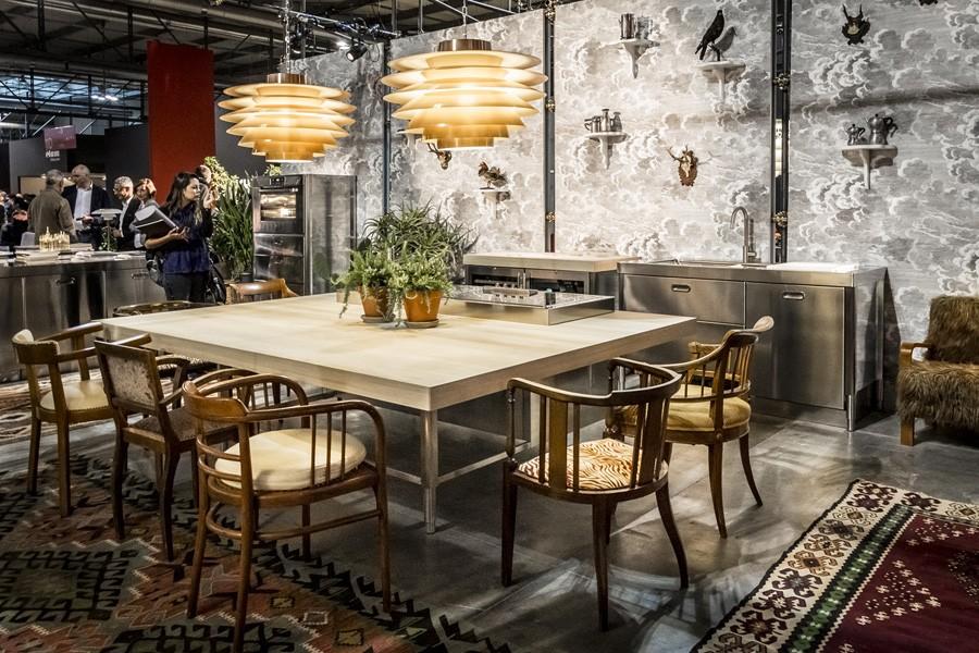 Holztisch mit Edelstahl-Element 190 x 250 cm