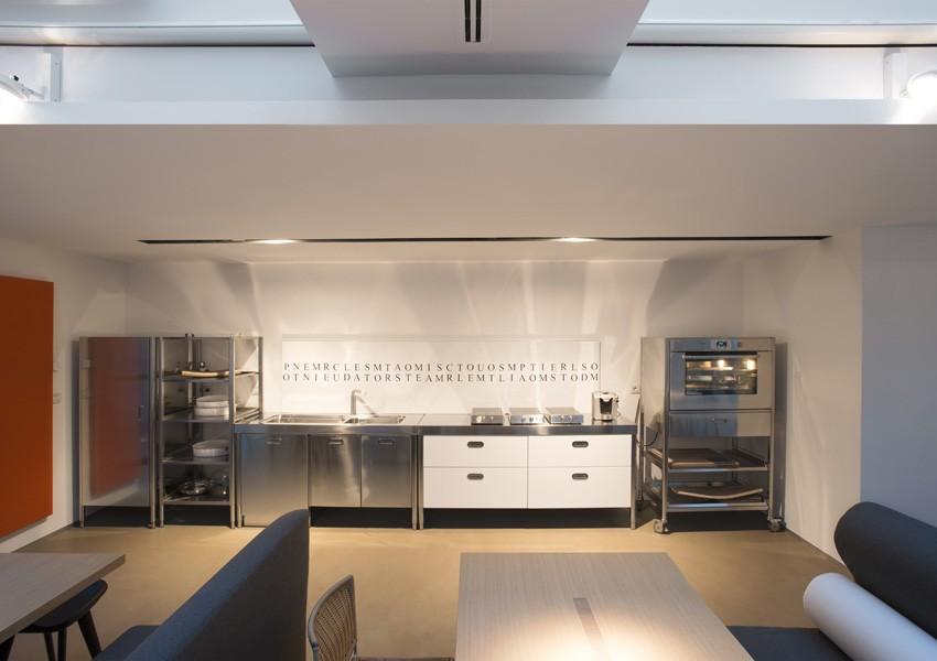 Vier Küchenelemente mit Klappkochfeldern, Spüle, Geschirrspüler, Lagerschrank. Hochschränke