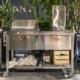 Outdoor-Küche auf Rädern, 130 cm breit, mit Plancha und Fritteuse.