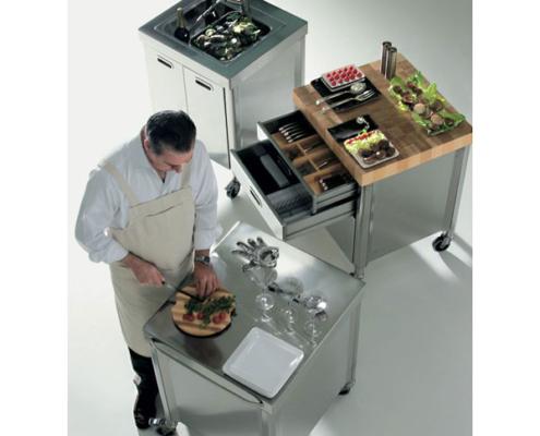 Vier Küchenelemente mit Kochfeld und Einbauofen, Becken und Lagerschrank, das Ganze auf Rädern